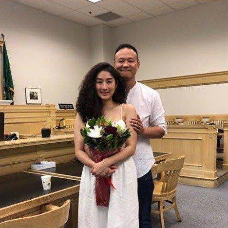 尹崇珍和男友Jeff在西雅圖公證結婚。圖/摘自臉書