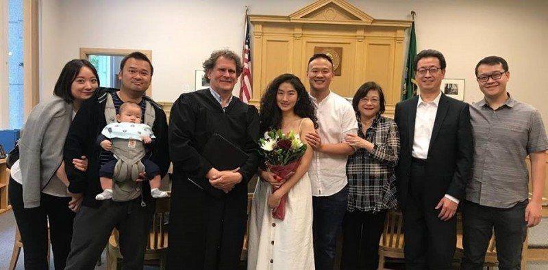 尹崇珍和男友Jeff在法官、親友見證下,於西雅圖法院公證結婚。圖/摘自臉書
