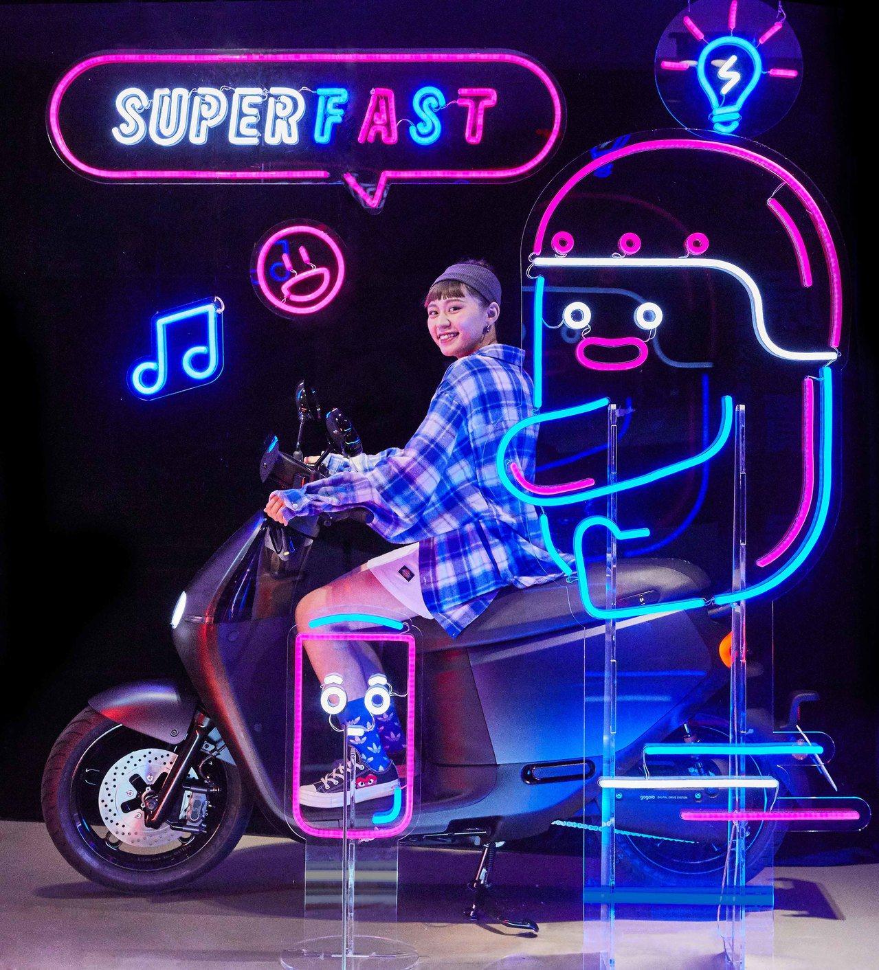 Gogoro 推出以「Gogoro 新朋友」為主題的光采霓虹藝術櫥窗,包含電池小...