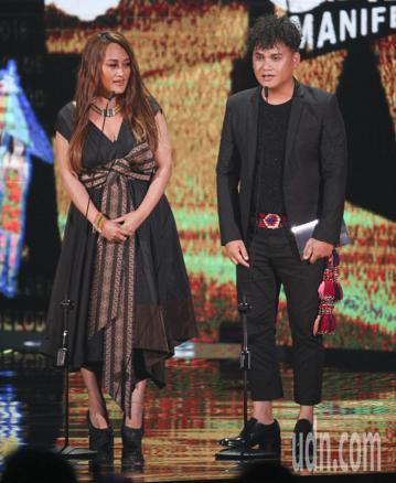 第29屆金曲獎頒獎典禮,家家、桑布伊頒獎,最佳原住民語歌手獎由桑梅絹獲得。