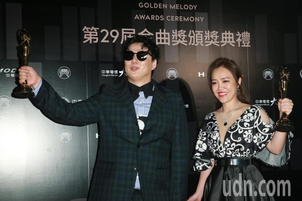 最佳台語女歌手張艾莉(右)與最佳台語男歌手蕭煌奇(左)。記者徐兆玄/攝影