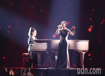 第29屆金曲獎頒獎典禮,艾怡良 許郁瑛表演。