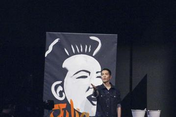 第29屆金曲獎頒獎典禮,蕭敬騰畫蘇芮。