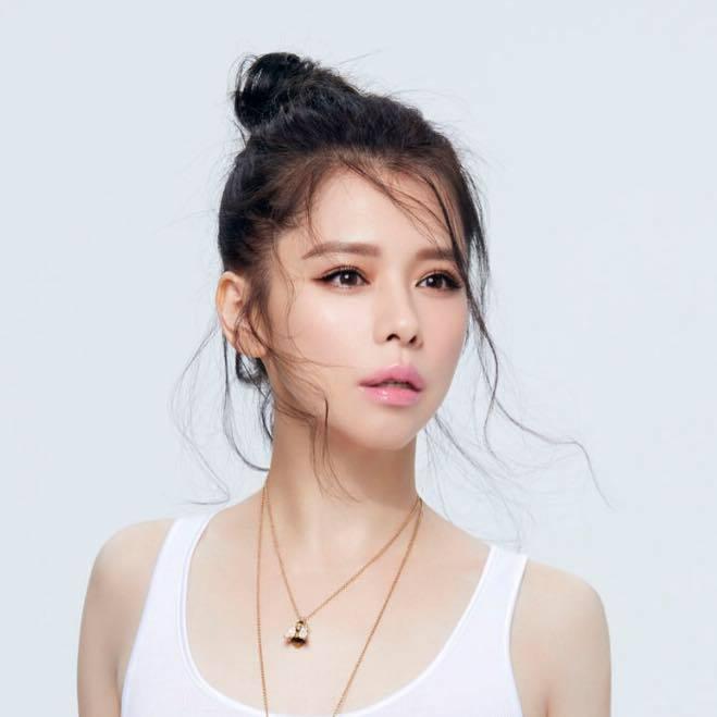 43歲的徐若瑄仍保持如少女的外貌。圖/摘自徐若瑄 Vivian Hsu粉絲團
