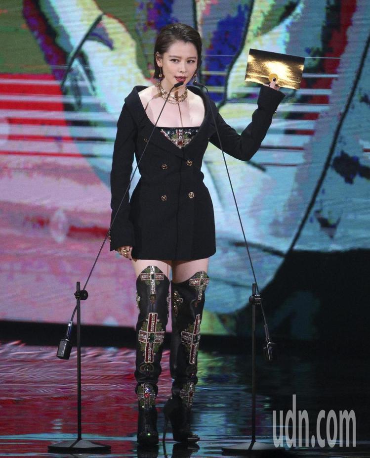 徐若瑄頒獎時穿Versace春夏系列黑色西裝外套與水晶裝飾上衣、長靴,又帥又辣。...