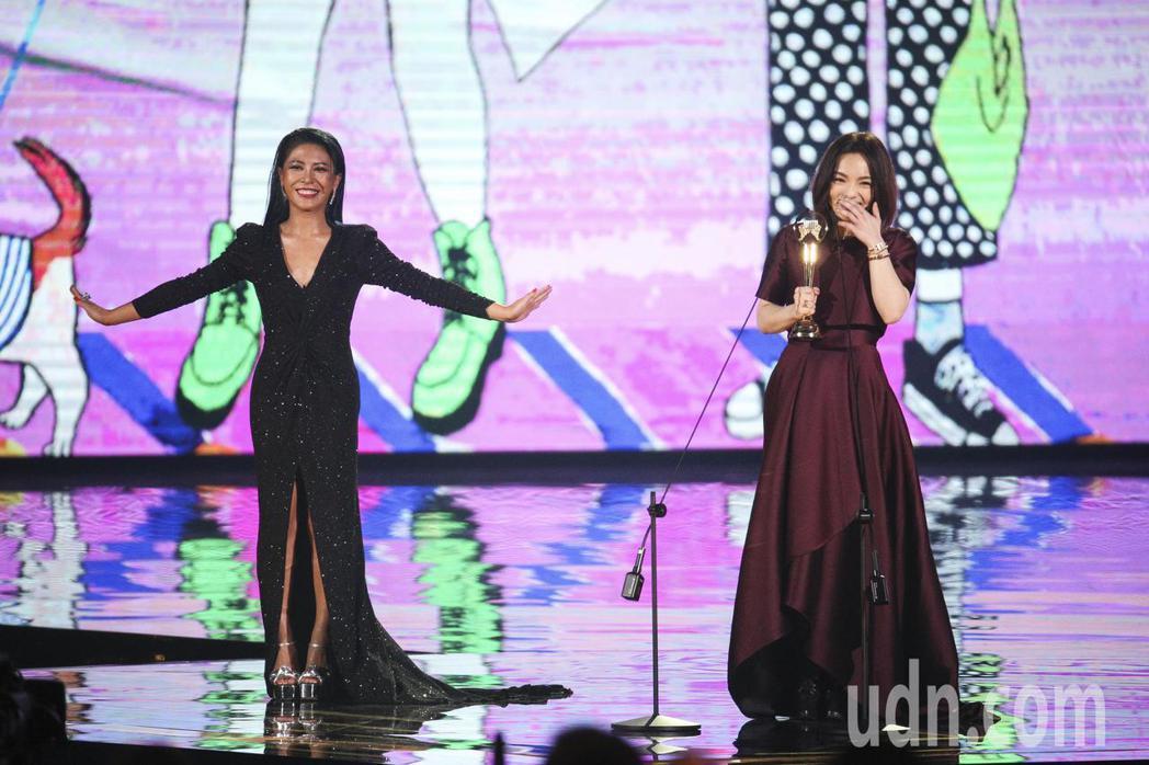 艾怡良頒發最佳國語女歌手獎 徐佳瑩。記者林伯東/攝影