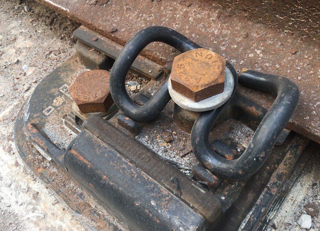 「蝴蝶扣」原名為「彈力扣夾」,主要功能是將軌道扣緊固定,並保護軌道不會因為列車經...