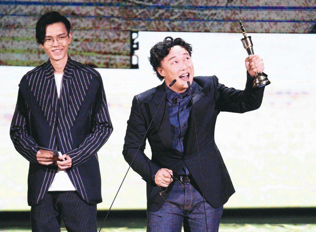 陳奕迅(右)昨天第三度拿下金曲歌王,早已獲獎無數的他仍難掩興奮。 記者林伯東/攝...