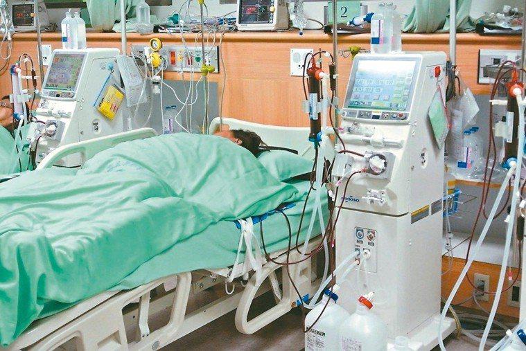 台大醫院加護病房洗腎接錯管線,院方坦承疏失,向家屬表達歉意,將深刻檢討;圖中人物...