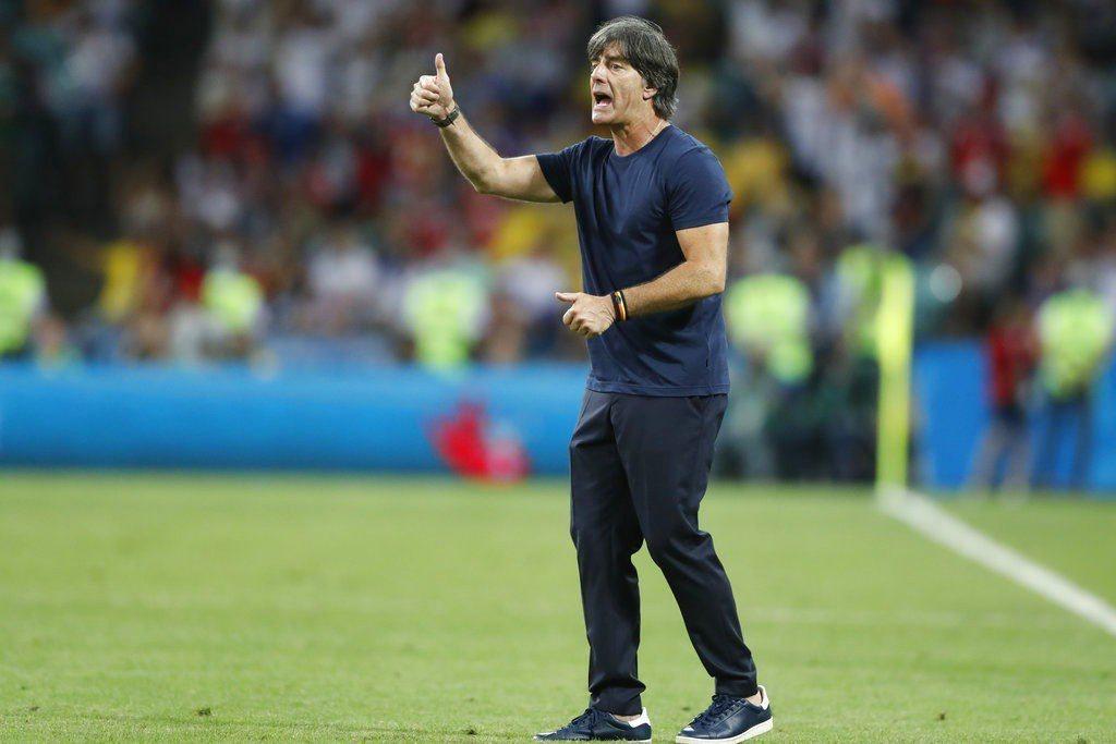 德國教頭勒夫對球員精彩表現伸出大拇指。 美聯社