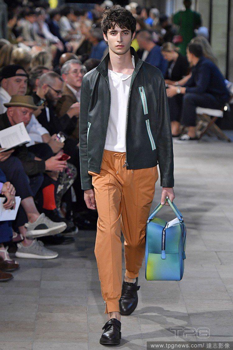 設計師Véronique Nichanian利用超薄羔羊皮革製成休閒圓領上衣或是...