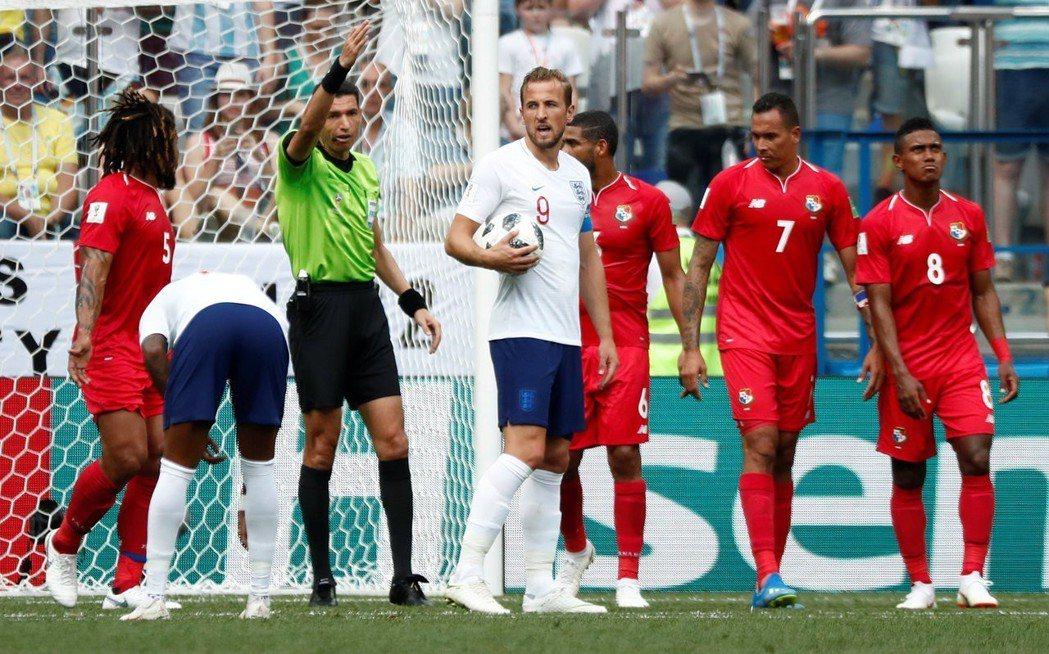 巴拿馬禁區犯規,英格蘭由隊長凱恩罰球(持球者)。 路透
