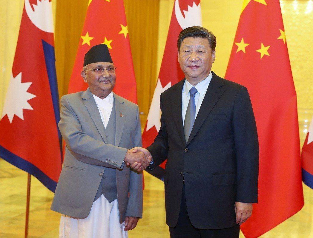 6月20日,大陸國家主席習近平(右)在北京會見尼泊爾總理奧利(左)。(中新社)