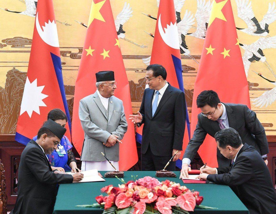 6月21日,大陸國務院總理李克強(右三)在北京與尼泊爾總理奧利(左三)會談,並共...