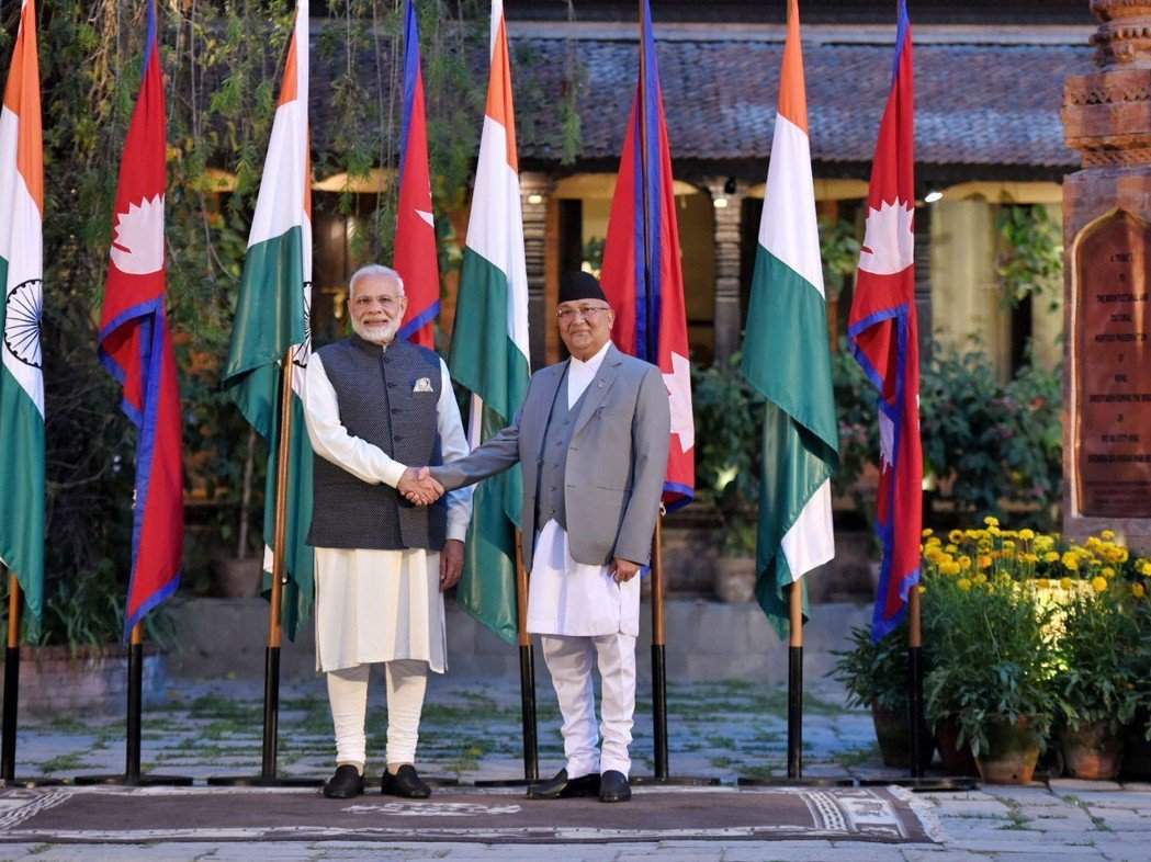 今年5月11日,印度總理莫迪(左)訪問尼泊爾,與尼泊爾總理奧利(右)會談。(法新...