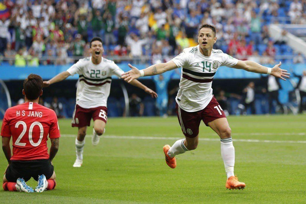 墨西哥赫南德茲(右)慶祝進球。 美聯社