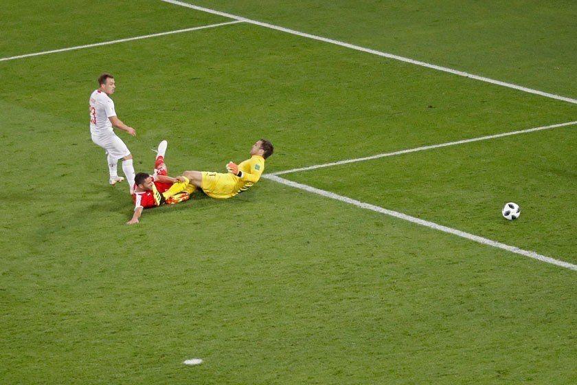瑞士中場沙基里(左)在第58分鐘時起腳射中門柱,但他保持耐心,把握比賽結束前的最...