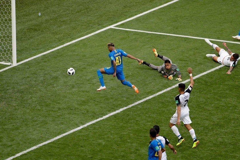 巴西巨星內馬爾(左)對任何能進球的機會絕不放過,隊友在裁判補時階段進球後,他還是...