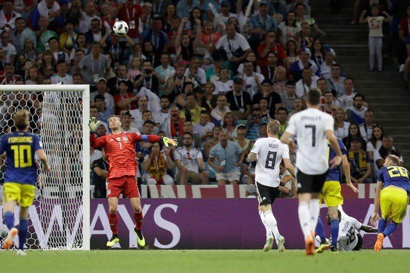 瑞典前鋒前鋒托伊沃寧(右)利用極佳的接球位置優勢,輕輕地把球挑進。 美聯社