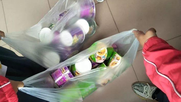 老師為了懲罰學生遲到,要犯規的學生一人吃10碗泡麵。圖取自都市時報