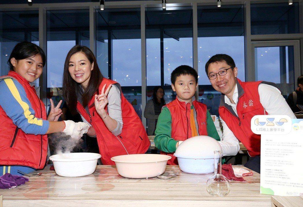 鴻海集團創辦人郭台銘夫人曾馨瑩(左2)與永齡教育基金會董事長郭守正(右1)近年大...