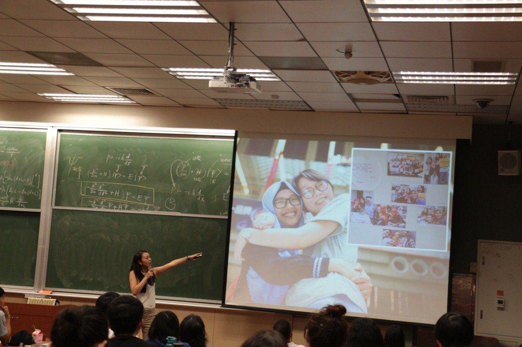 「One-Forty」共同創辦人吳致寧與同學分享移工們的故事。圖/報系資料照