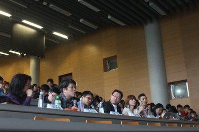 本次活動鑽石級評審團,由左至右分別為葉丙成、李彥甫、康容、謝文憲。圖/台大盃簡報...
