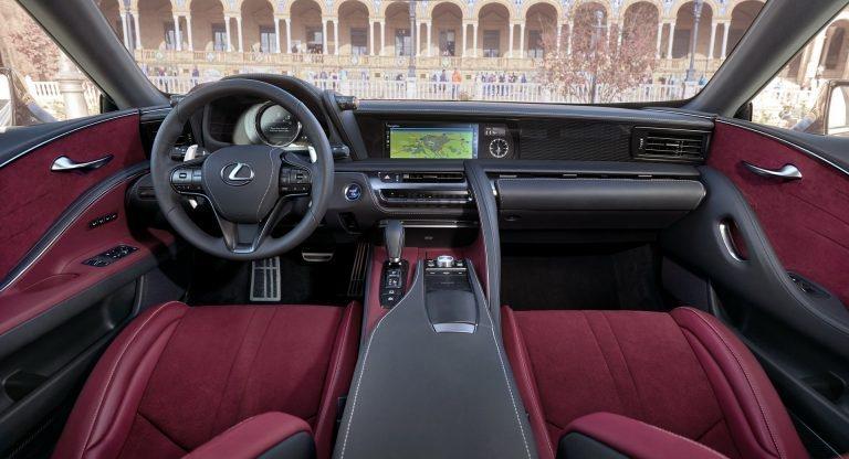 LC 500的車室顯現出日式風格的匠心獨具,尤其古典的石英鐘最有味道。 摘自LE...