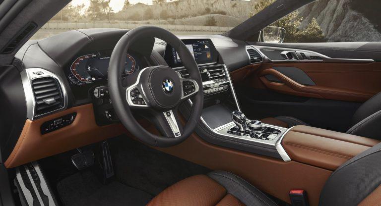 BMW 8 Coupe則是極盡簡約的駕駛導向,好料都在內部。 摘自BMW