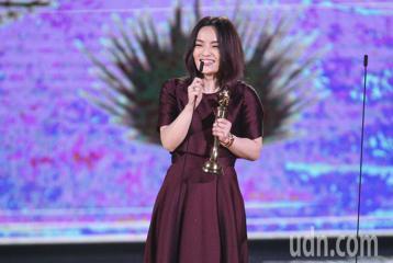 第29屆金曲獎頒獎典禮,那英、庾澄慶頒獎,最佳國語專輯獎 徐佳瑩。