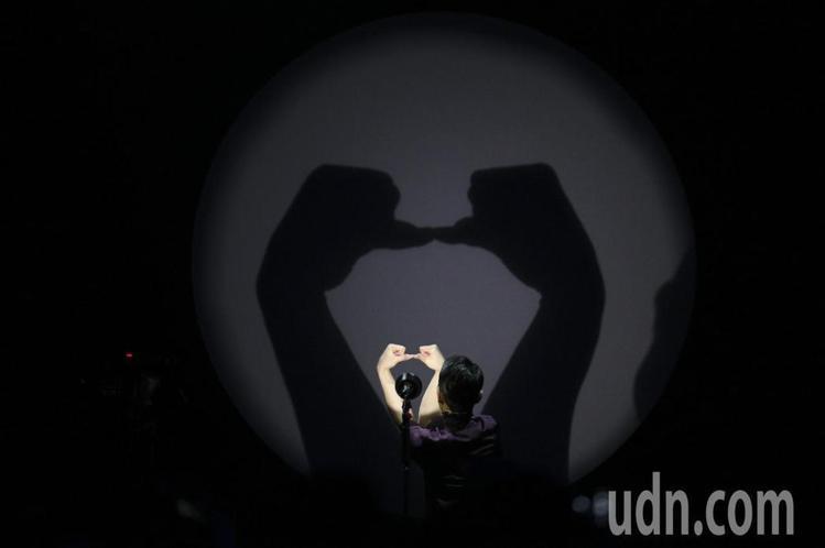 蕭敬騰穿HERMES西裝與高領衫表演手影戲。圖/記者林伯東攝影