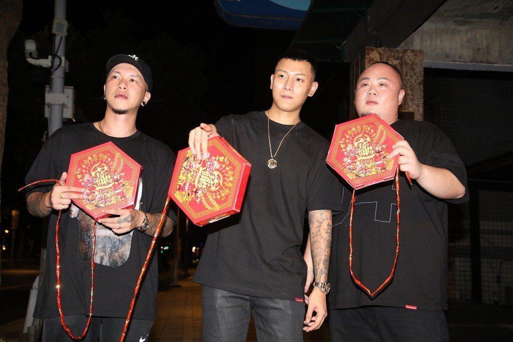 左起小春、瘦子、大淵獲得本屆金曲「最佳演唱組合」。記者黃保慧/攝影