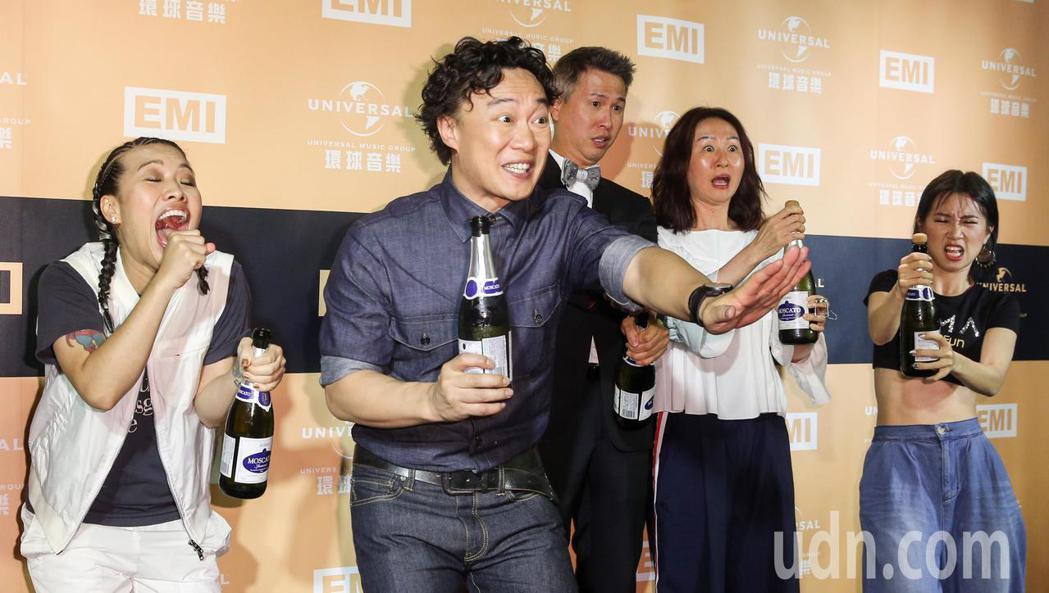 陳奕迅(左二)在金曲獎第三度封王,典禮後出席環球音樂慶功宴,在開香檳時軟木塞噴飛...