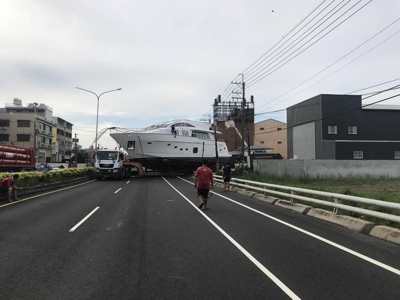 準備進入工廠維修保養的遊艇高度達3層樓高,行走在馬路上十分醒目。記者徐白櫻/翻攝