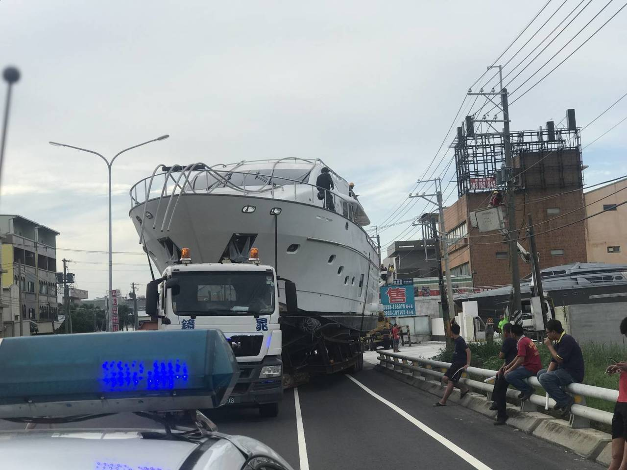一艘巨大遊艇從興達港出發送至湖內區一處工廠,歷時8小時完成。記者徐白櫻/翻攝