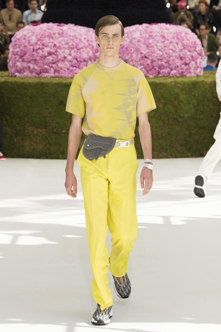 男模腰間繫上縮小的馬鞍包成為Dior 2019春夏男裝系列中的配件之一。圖/Di...