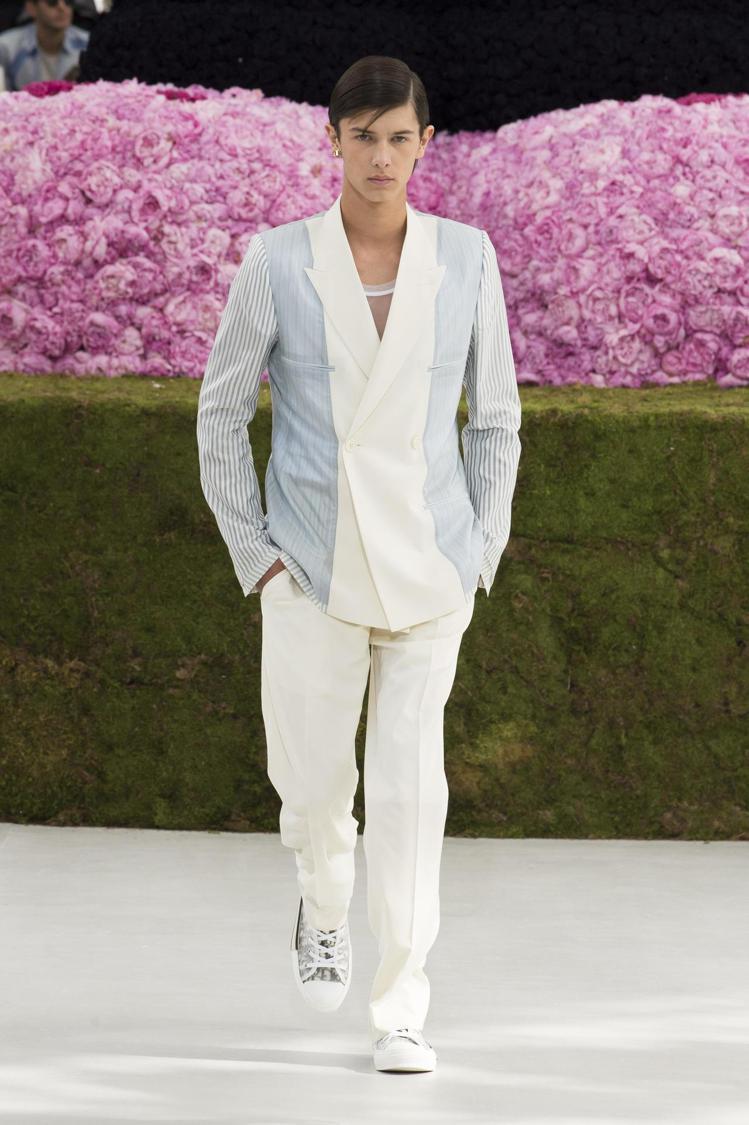 丹麥尼古拉王子穿著粉藍與條紋拼接的西裝,擔任開場模特兒重任。圖/Dior提供