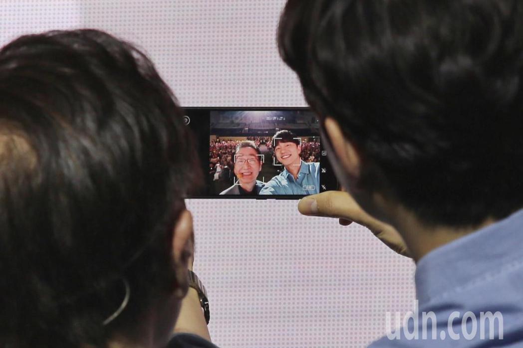 孔劉下午出席華碩Zenfone5攝影派對,與華碩董事長施崇棠一同合影。記者林伯東