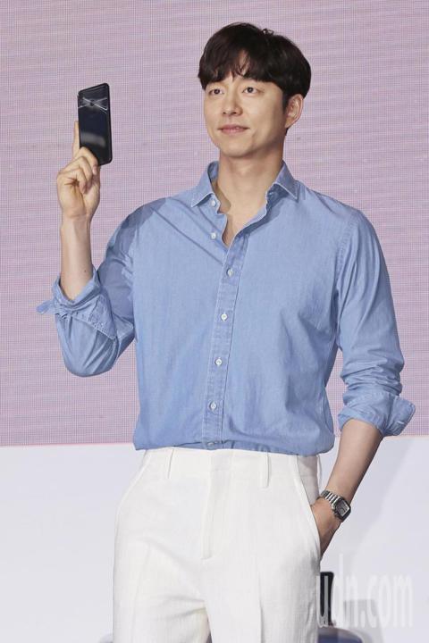韓國男神孔劉24日出席華碩「AI啟動!ZenFone 5攝影派對」,他穿著牛仔藍色襯衫上衣,和白色西裝褲,帥氣從場地後方現身,穿過人群與粉絲擊掌,從容走上舞台。他先用中文自我介紹「大家好,我是Zen...