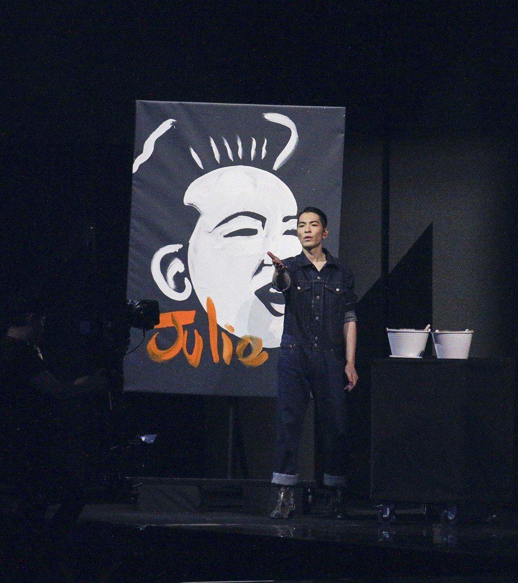 蕭敬騰以漆畫畫出蘇芮。本報資料照