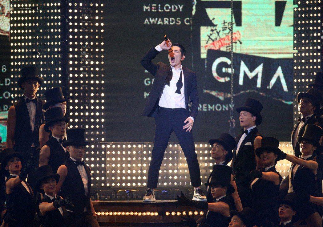 29屆金曲獎,主持人蕭敬騰開場獻唱。記者陳立凱/攝影