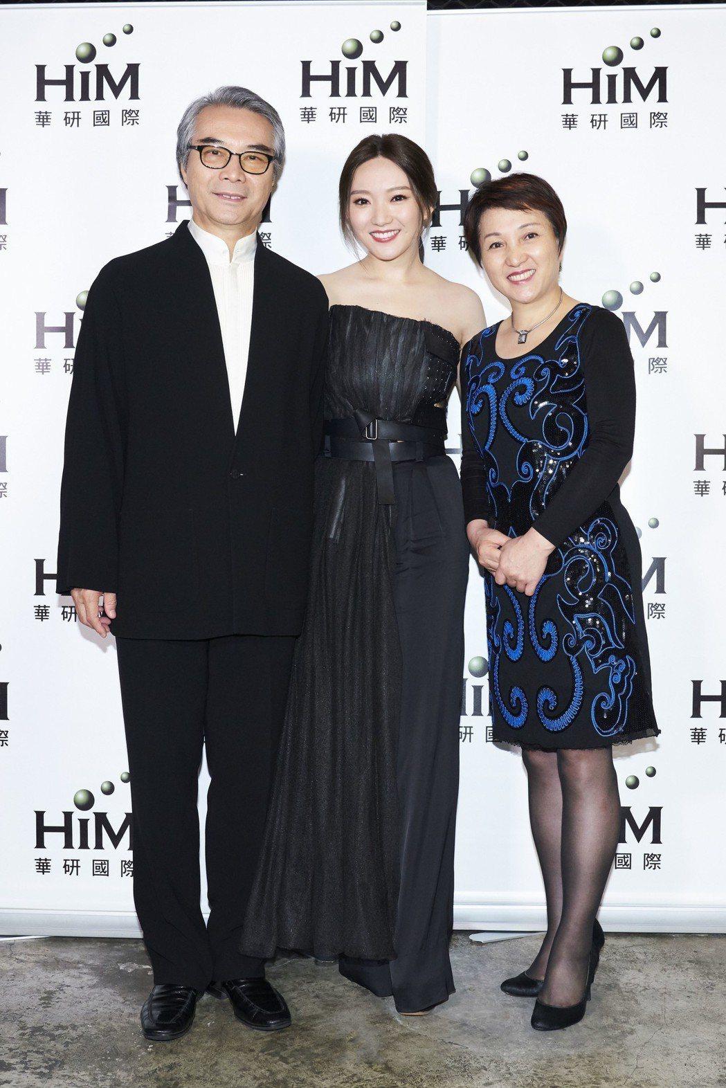 閻奕格和爸媽一起參加金曲獎。圖/華研提供