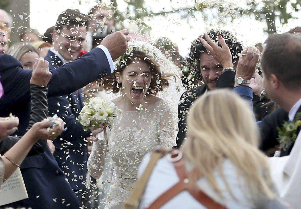 賓客們灑上象徵豐收的米,祝賀新人婚後生活愉快。(美聯社)