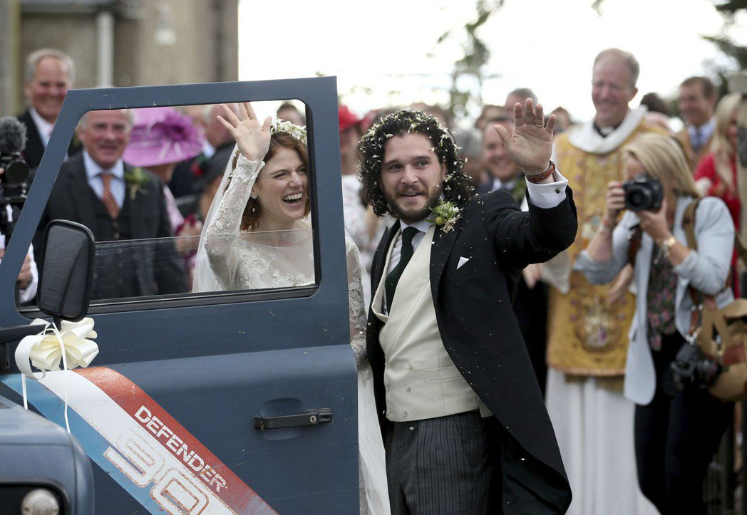 基特哈林頓與蘿絲李斯利在蘇格蘭結婚,成為當地的大事。(美聯社)