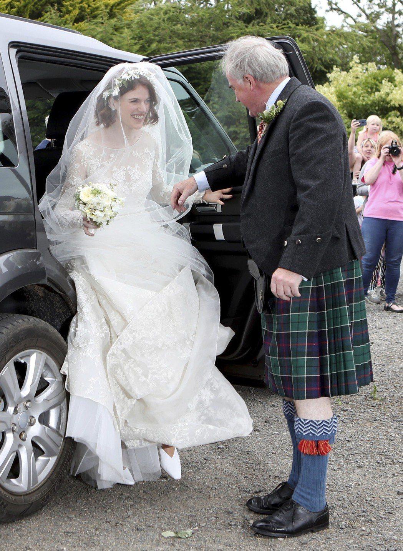 蘿絲李斯利的父親穿著傳統蘇格蘭裙,牽她下禮車。(美聯社)