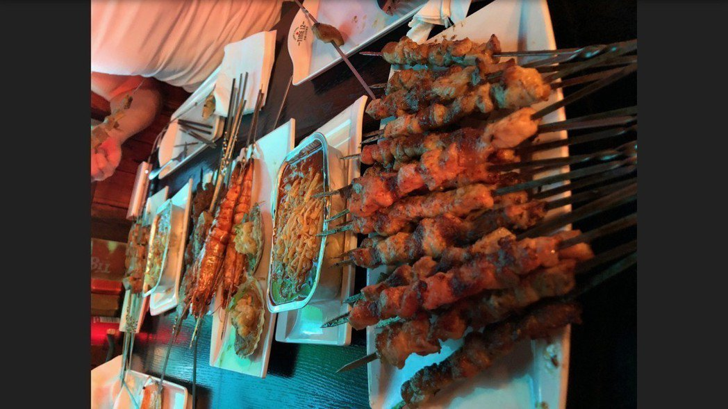 黃少祺慶功宴吃串燒。圖/華人創作提供