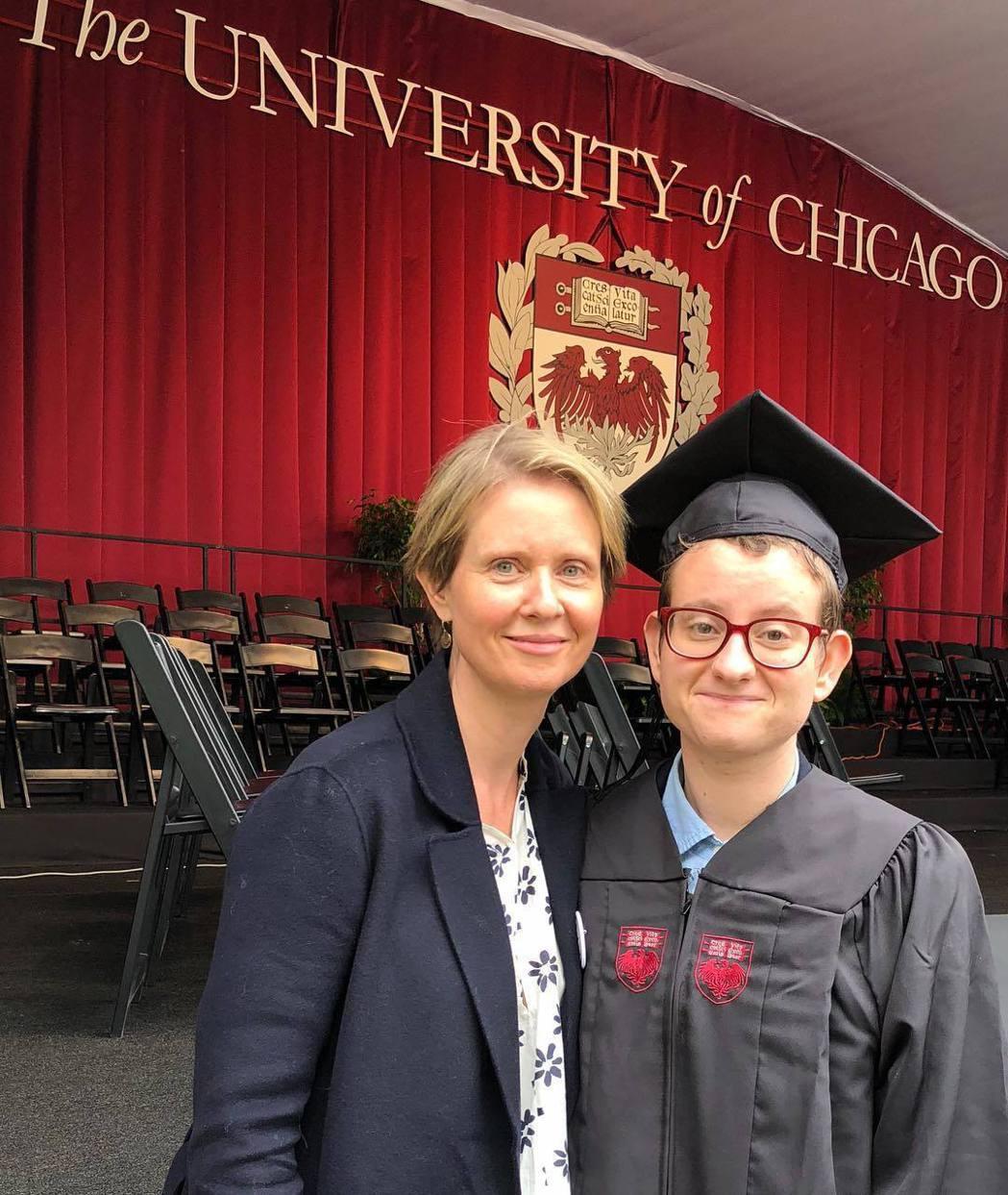 辛西亞尼克森的女兒已變性為男人,她開心宣布兒子大學畢業。圖/摘自Instagra