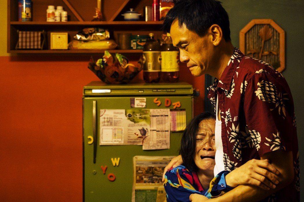 陳以文(右)、謝瓊煖演出「孔雀」中的爸媽。圖/公視提供