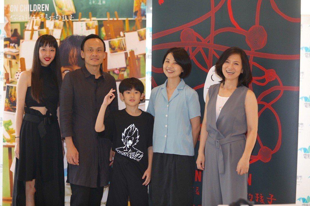 謝瓊煖(右起)、導演陳慧翎帶兒子、陳以文、王渝萱出席「孔雀」首映會。圖/公視提供