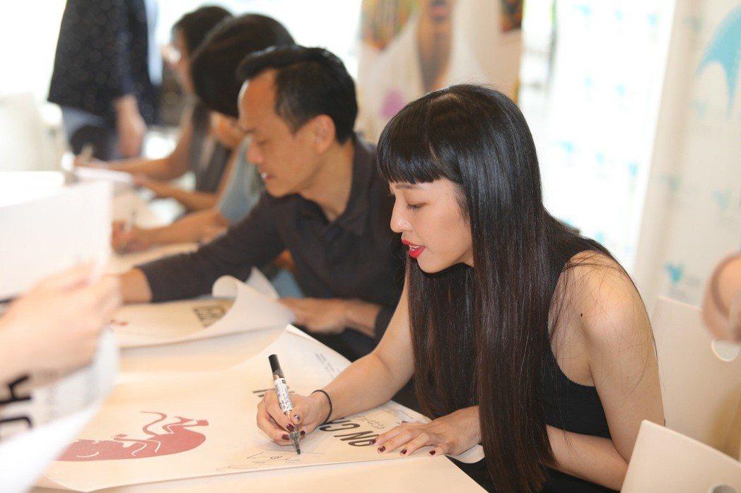 王渝萱(右)出席「孔雀」首映簽名會。圖/公視提供